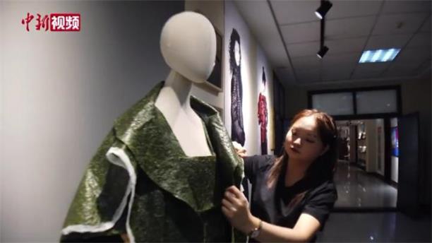 """【我是Z世代】女孩回收被弃菠菜制作""""可以吃的服装"""""""