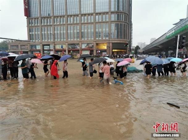 郑州罕见暴雨已致多死 强降水天气为何持续这么久?